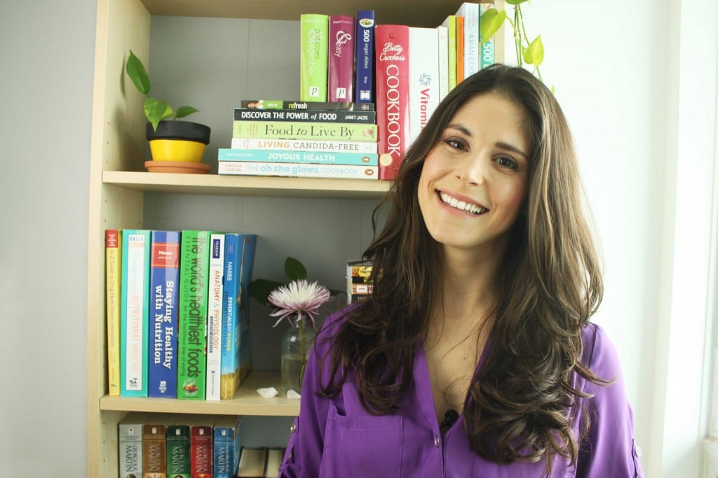 Jesse Lane Nutritionist with bookshelf @jesselwellness #nutritionist