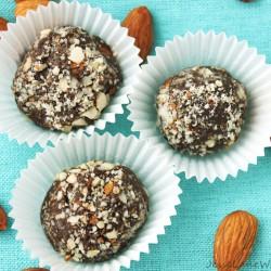Vanilla Almond Protein Truffles by @JesseLWellness #paleo