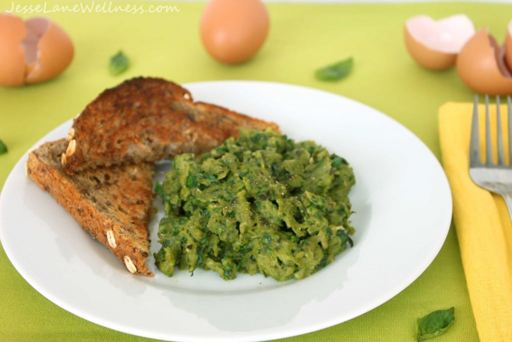 Healthy Scrambled Eggs by @jesselwellness #eggs #greeneggs