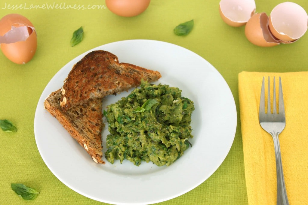 Healthy Scrambled Eggs by @jesselwellness #paleo #breakfast