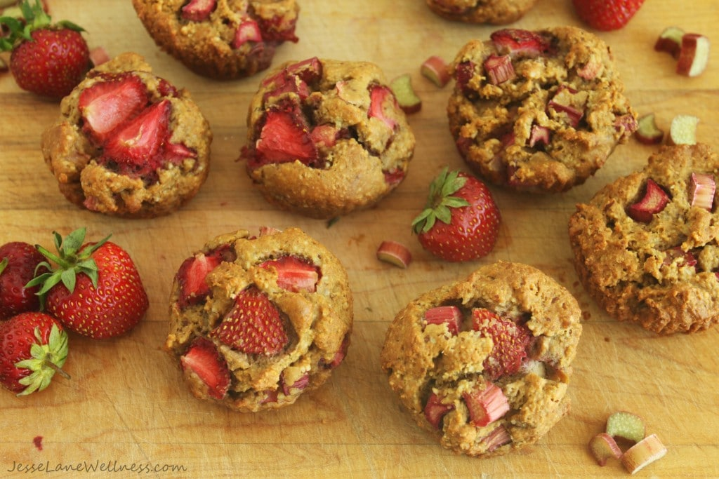 Gluten Free Strawberry Rhubarb Muffins by @jesselwellness #rhubarb #brunch