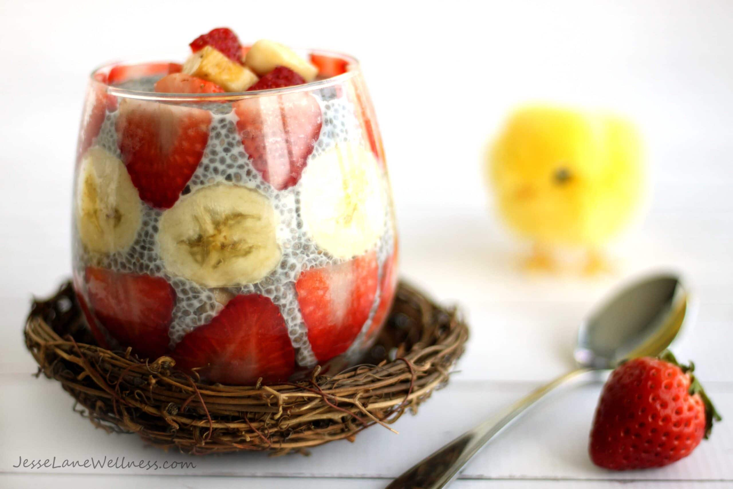 Strawberry Banana Chia Pudding by @jesselwellness #chiapudding #easter