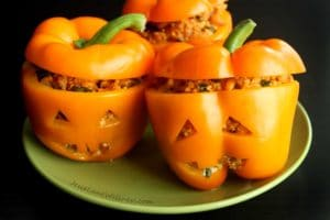 Healthy Halloween Snacks - Jack-o-Lantern Stuffed Peppers by @jesselwellness #halloween #jackolantern