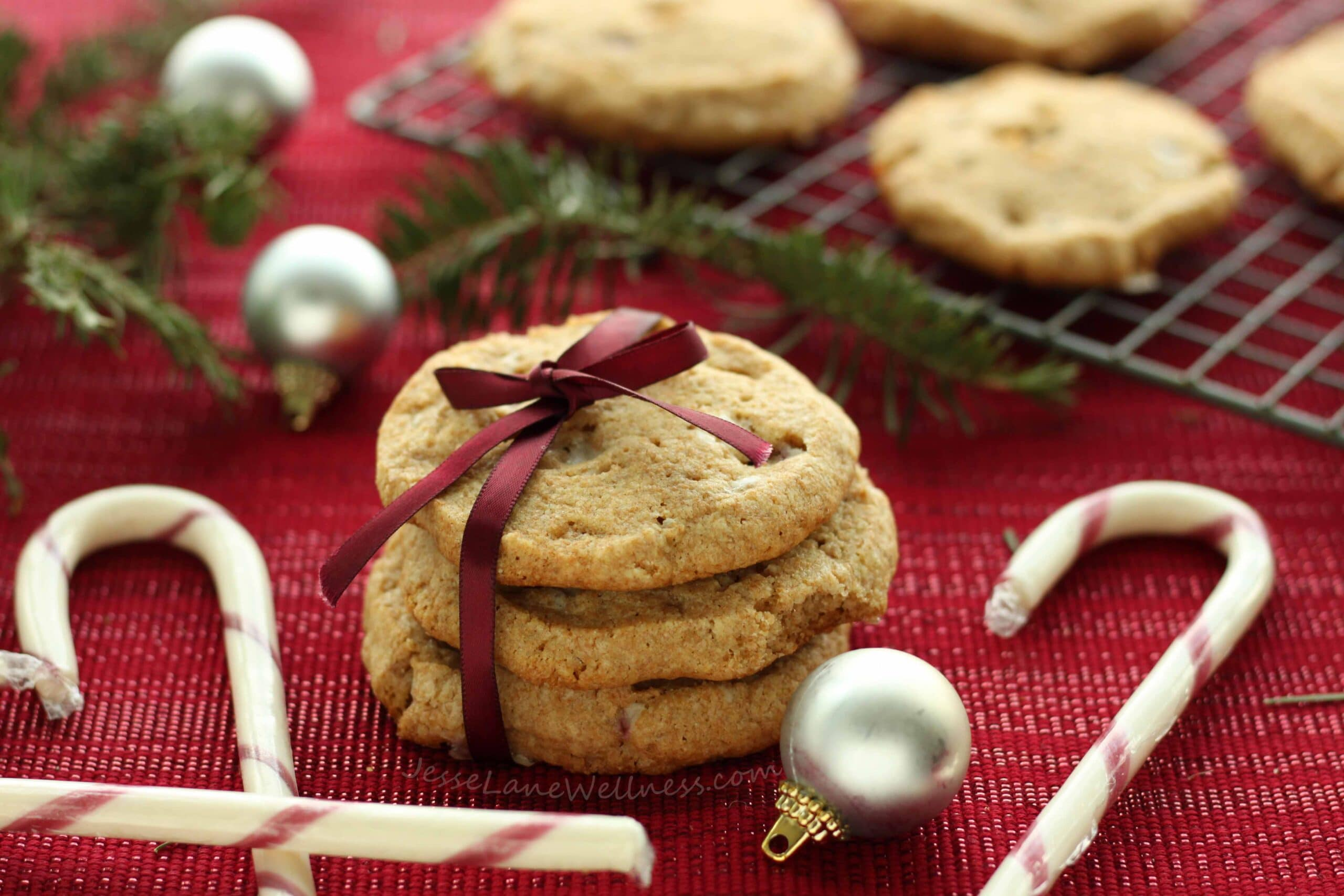 Candy Cane Spelt Cookies by @jesselwellness #christmascookies #candycane