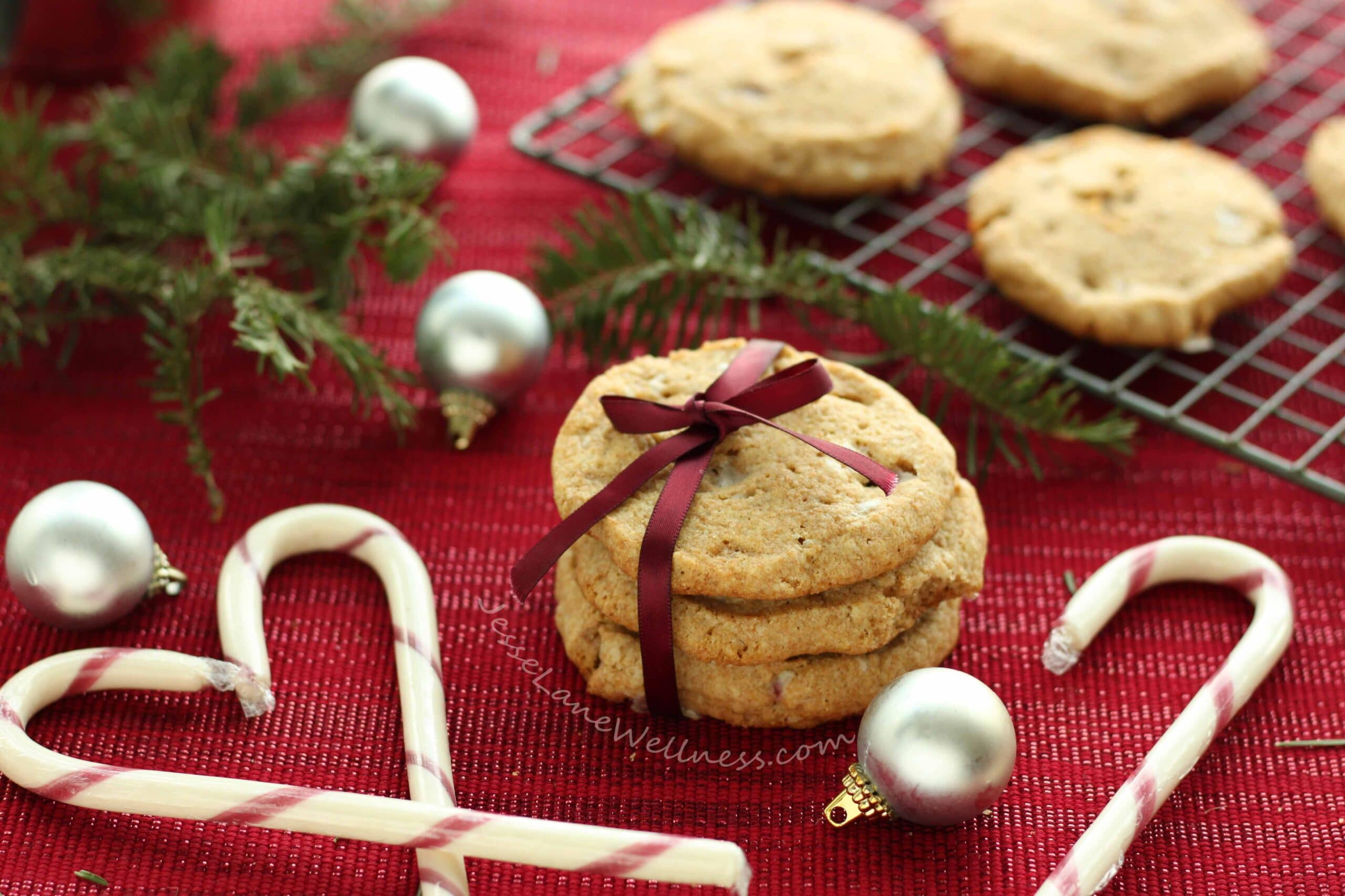 Candy Cane Spelt Cookies by @jesselwellness #holidaycookies #candycane