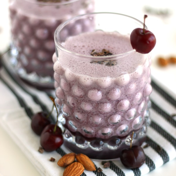 Almond Cherry Smoothie by @jesselwellness #21daysofsmoothies #smoothies