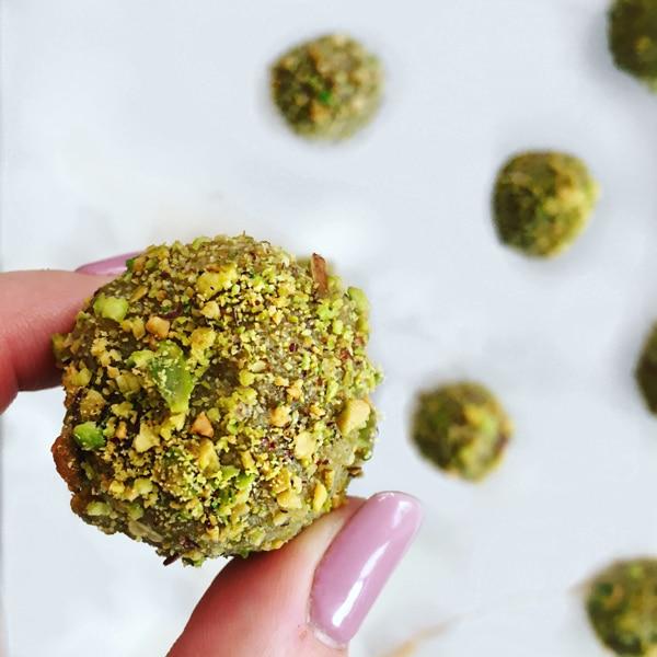 Sesame Pistachio Energy Bites on @jesselwellness by Wellness By Stella #healthydessert #holidaydessert