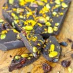 Holiday Chocolate Bark by @jesselwellness #holidaybark #christmasdessert