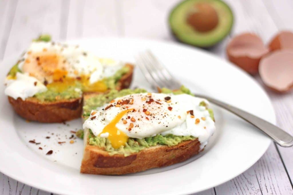 Poached Eggs on Avocado Toast by @jesselwellness #avocadotoast