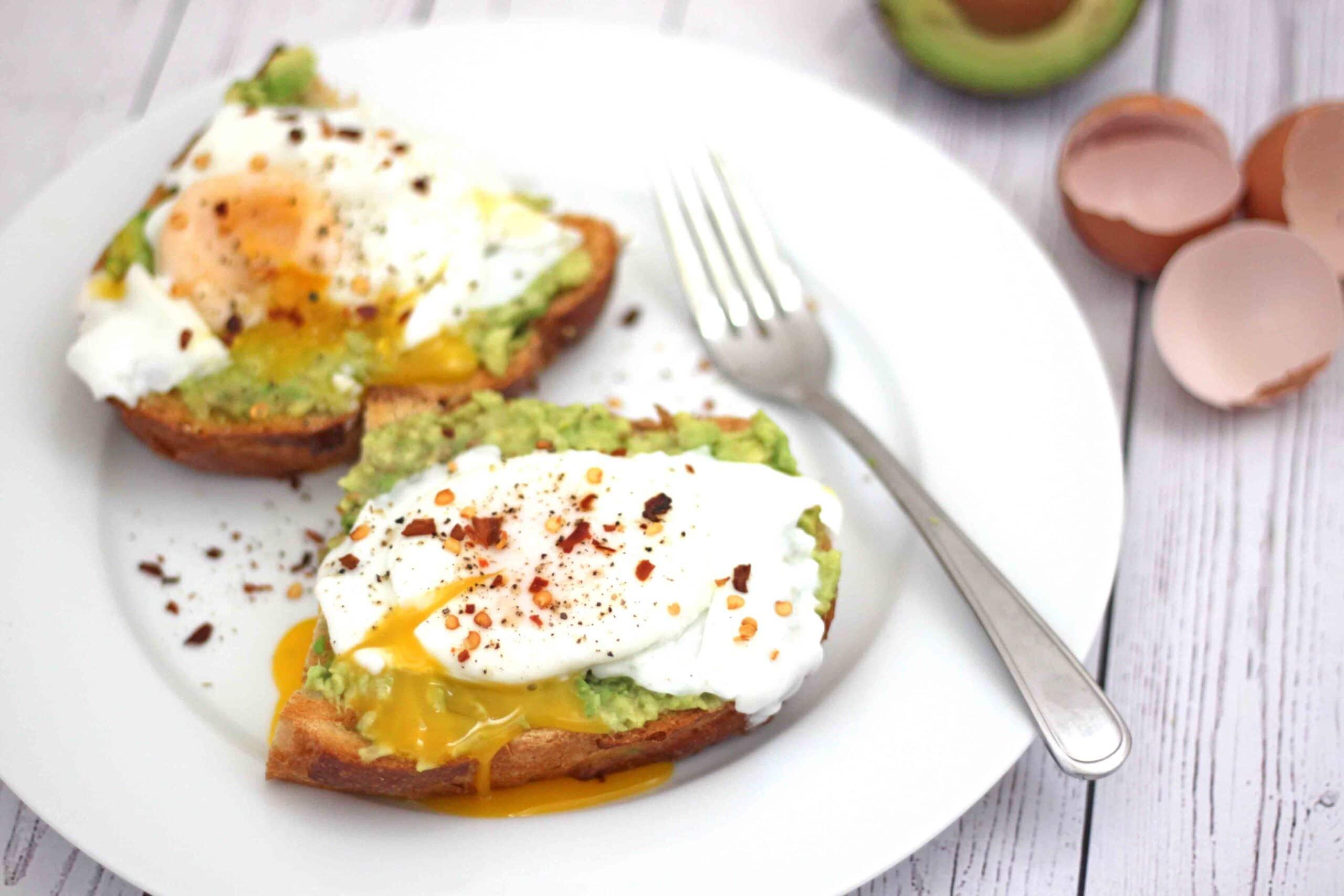 Poached Eggs on Avocado Toast by @jesselwellness