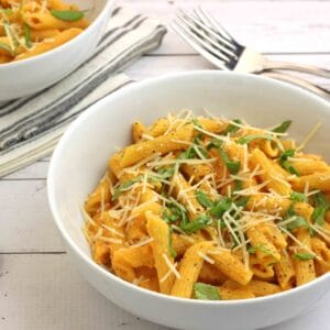 Pasta with Roasted Garlic and Tomato Sauce by @jesselwellness