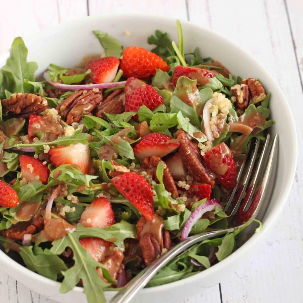 Strawberry Arugula Salad with Strawberry Balsamic Vinaigrette by @jesselwellness